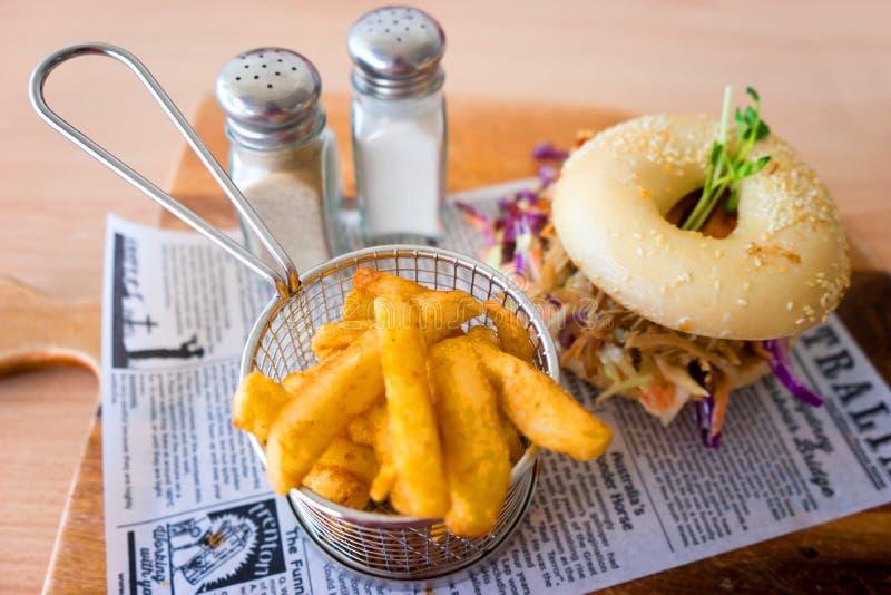 Австралийский бургер бейгл цыпленка с обломоками стоковое фото rf
