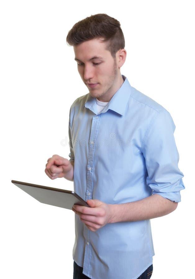 Австралийский парень касаясь его планшету стоковая фотография rf