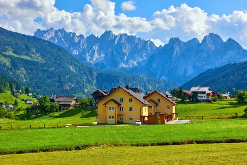 Австрийские деревня среди полей лугов и высокогорный стоковая фотография rf