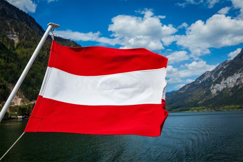 Австрийский флаг против озера горы стоковые фотографии rf