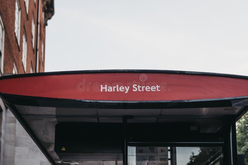 Автобусная остановка на улице Harley, Лондоне, Великобритании стоковая фотография rf