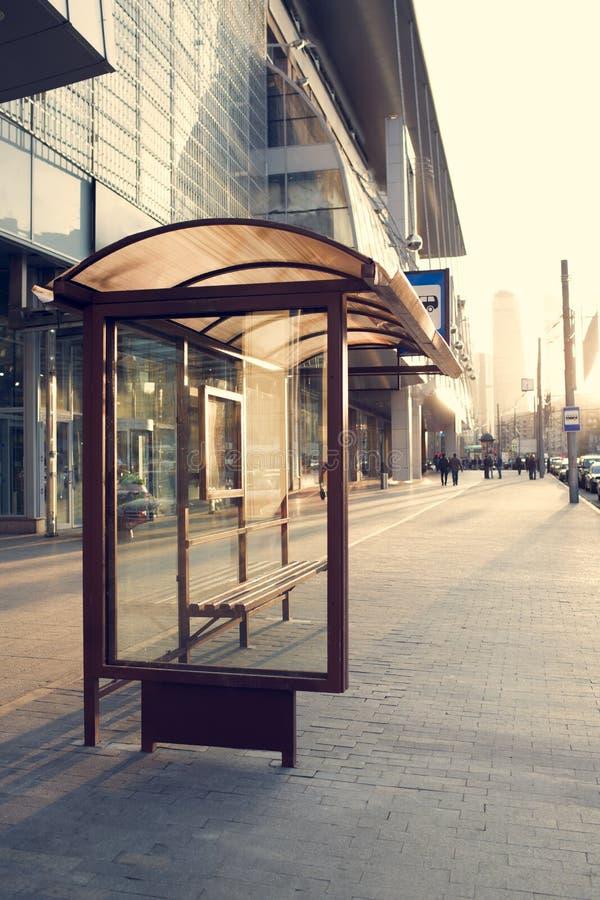 Автобусная остановка около торгового центра стоковая фотография rf