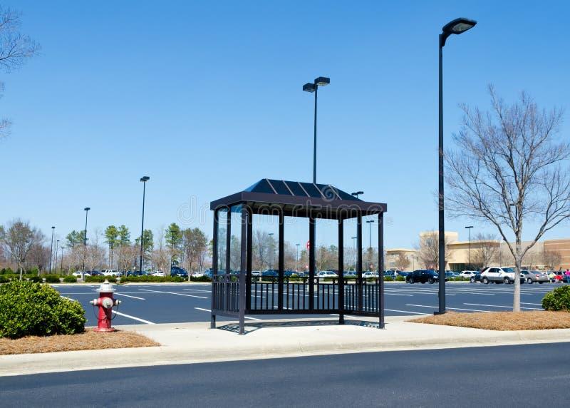Автобусная остановка торгового центра стоковое изображение rf