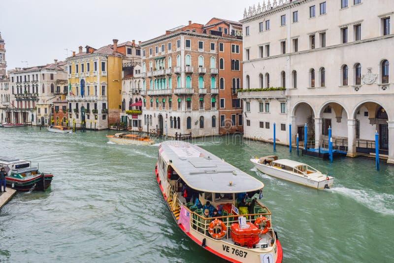 Автобус воды Vaparetto, вода ездит на такси такси и другие шлюпки плавая между зданиями в большом канале, Венеции стоковые фото