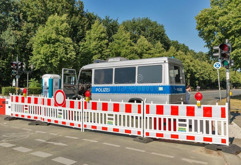 Автобус полиции в парке Tiergarten berlin Германия стоковые изображения rf