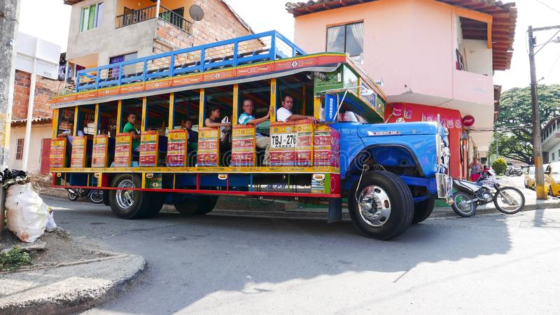 Автобус Chiva в городке Hispania, Antioquia, Колумбии стоковое фото
