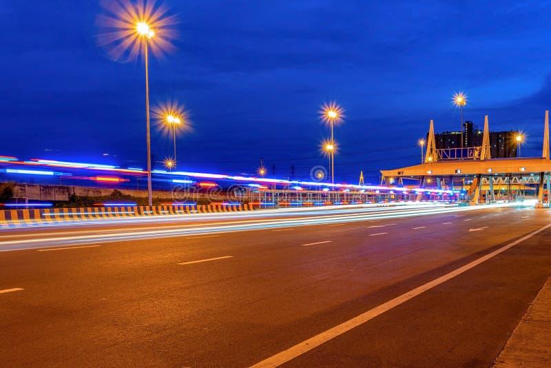 Автодорожный мост и ночное движение на пересечении магистрали Кашира стоковая фотография rf