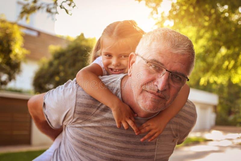 Автожелезнодорожные перевозки нося внучки старшего человека стоковые фото