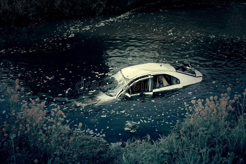 Автокатастрофа в реке с призраком стоковое изображение