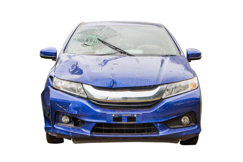 Автокатастрофа от аварии, разрушенного автомобиля изолированным на белой предпосылке, концепции страхования стоковые фото