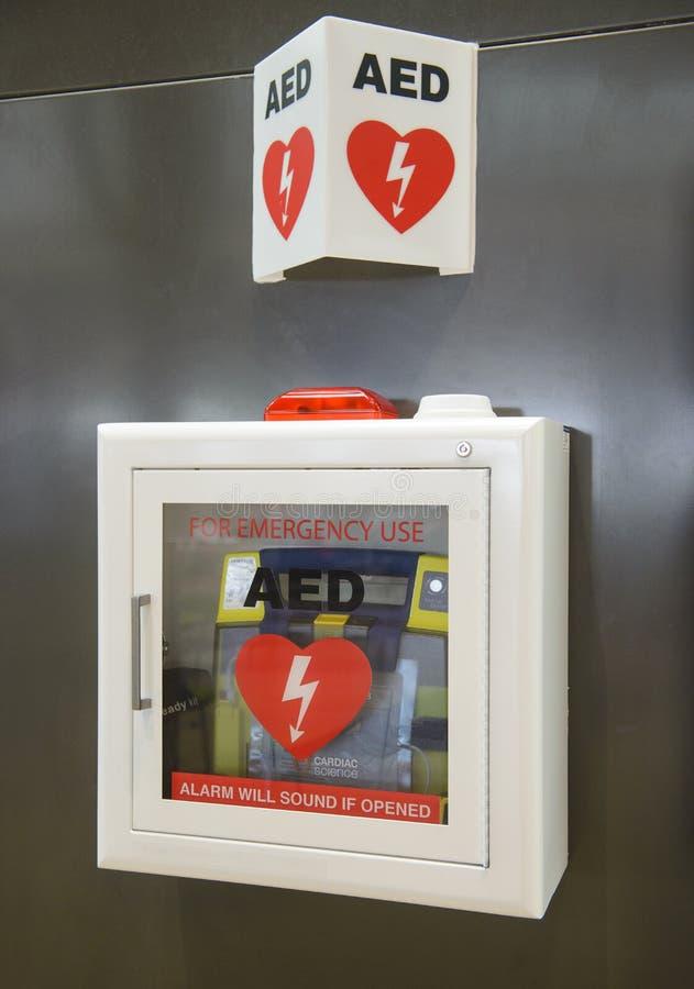 Автоматизированное внешнее DefibrillatorAED на стене можно найти в почти всех авиапорте и вокзалах стоковое фото