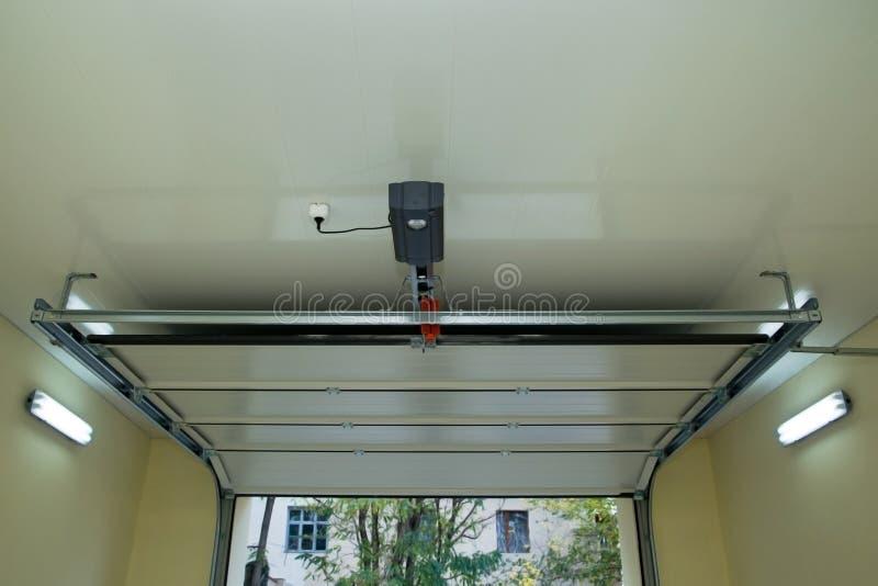 Автоматическая дверь гаража внутрь стоковое фото
