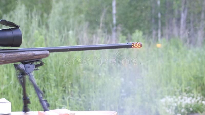 Автоматическая машина в a укомплектовывает личным составом руку Лицевая сторона оружия с концом вверх по взгляду на запачканной п стоковая фотография rf