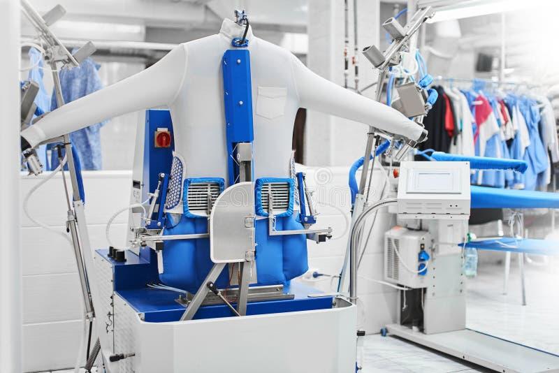 Автоматическая машина для одежд пара утюжа стоковое изображение rf