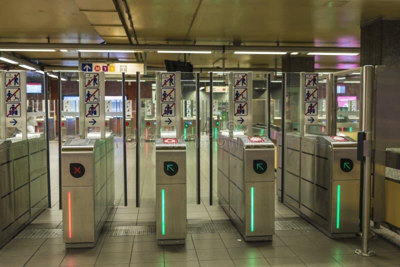 Автоматические барьеры билета контроля допуска в станции метро стоковое изображение