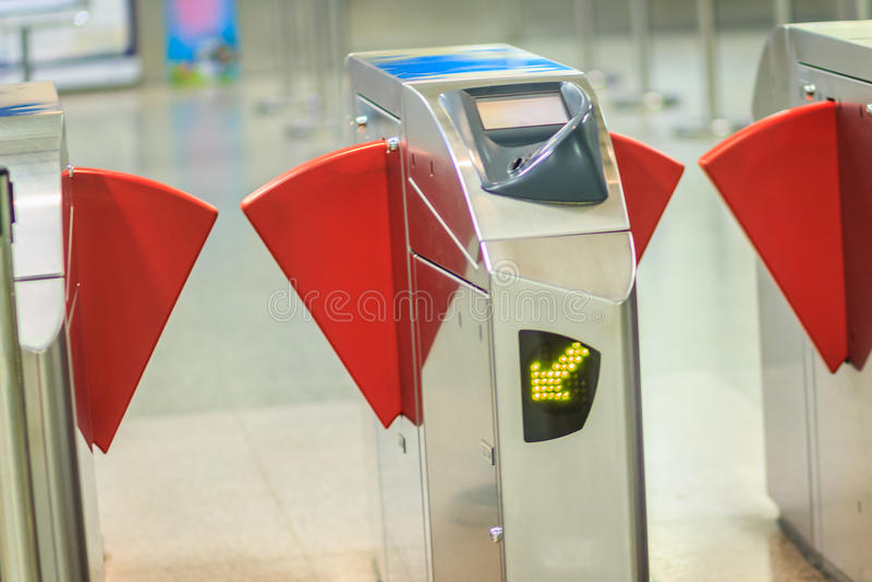 Автоматические барьеры билета контроля допуска в станции метро Взгляд стоковые фото