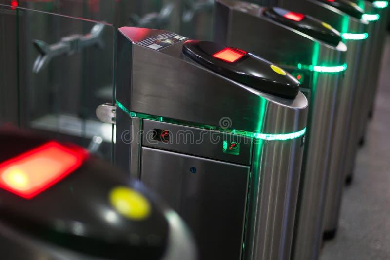 Автоматические барьеры для людей контроля вошли в железнодорожный вокзал стоковое фото rf