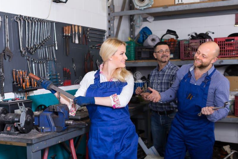 Автоматические механики на мастерской стоковое фото rf