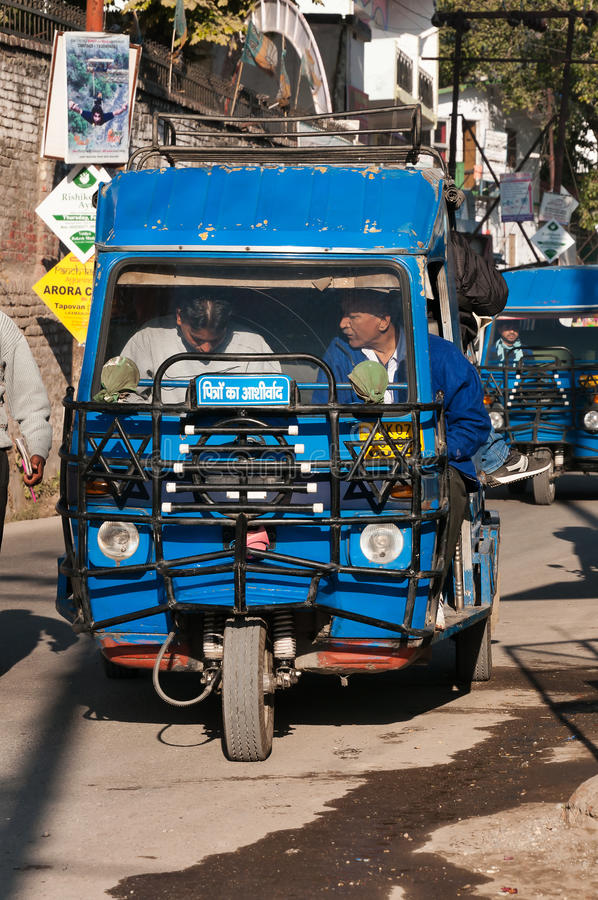 Автоматические рикша или tuk-tuk на общественном стопе на улице стоковая фотография rf