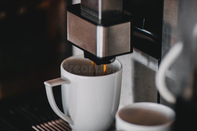 Автоматический конец машины кофе вверх стоковые фотографии rf