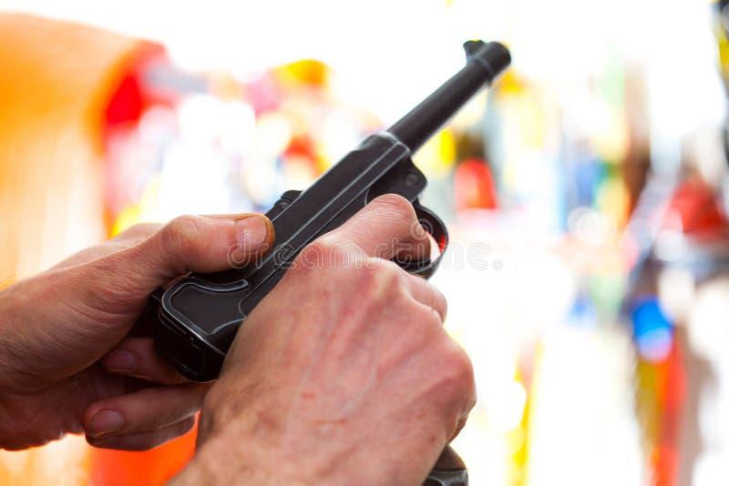 Автоматический пистолет Parabellum Luger в руки стоковые фото