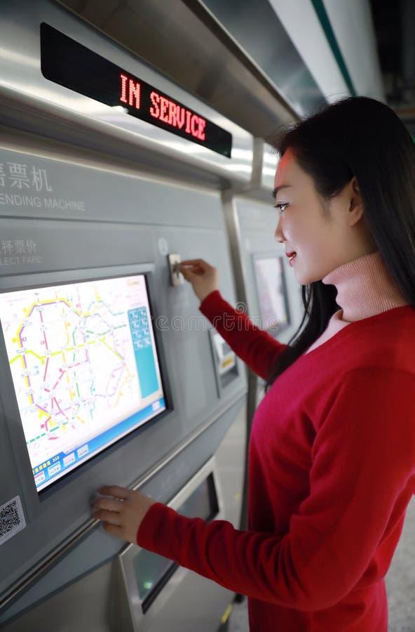 автоматический покупая билет людей машины стоковая фотография