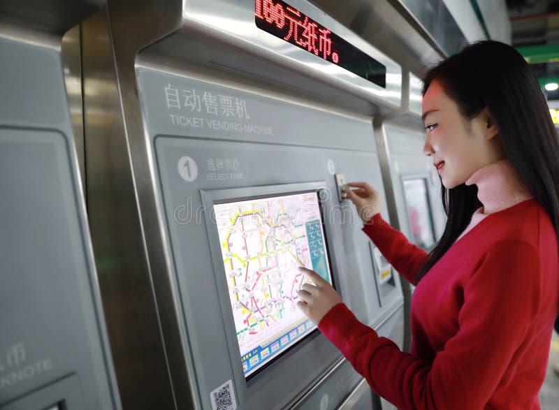 автоматический покупая билет людей машины стоковые изображения rf