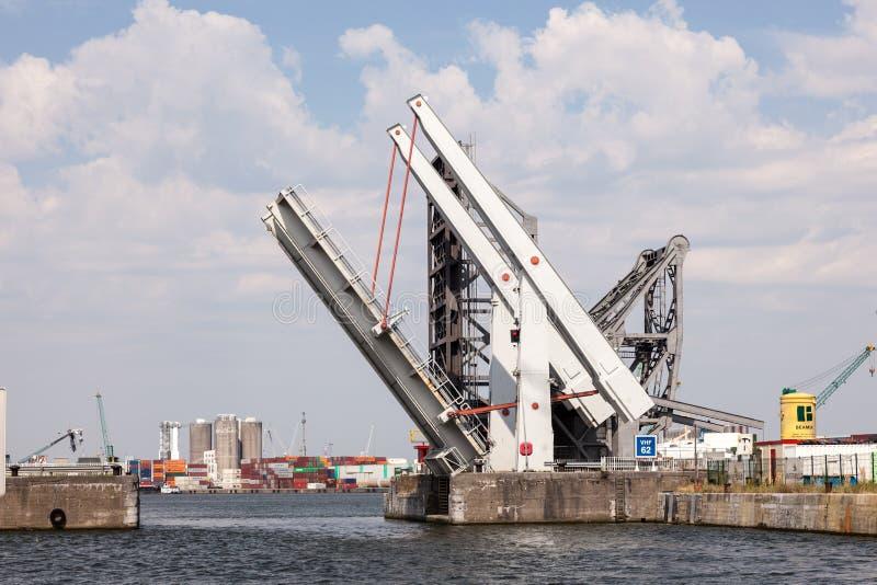 Автоматический подвижный мост на гавани Антверпена стоковая фотография