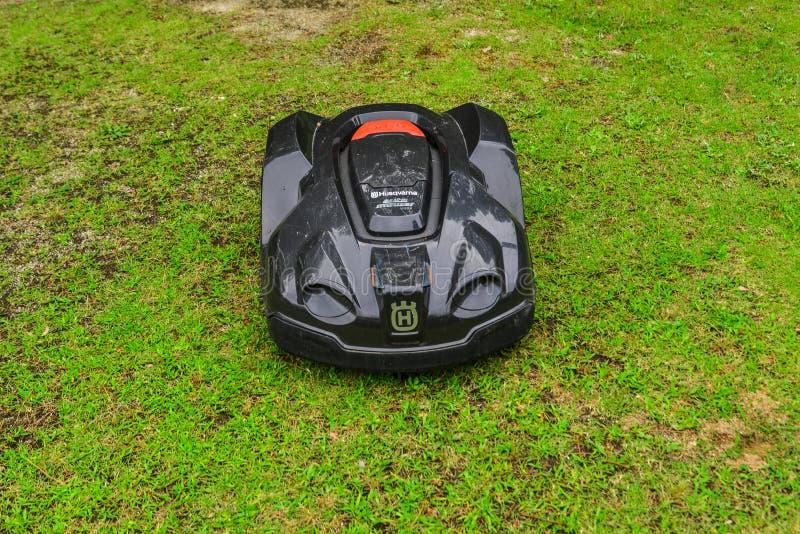 Автоматический робот газонокосилки на траве стоковое фото