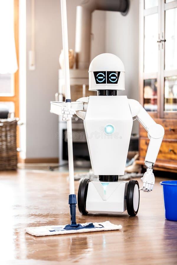 Автоматический скруббер пола робота делает его работу стоковая фотография