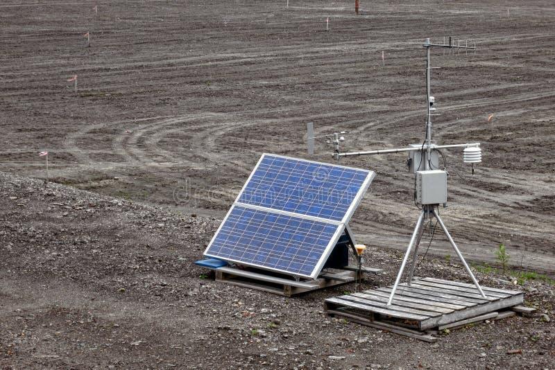 автоматическим приведенная в действие контролем солнечная погода станции стоковые фото