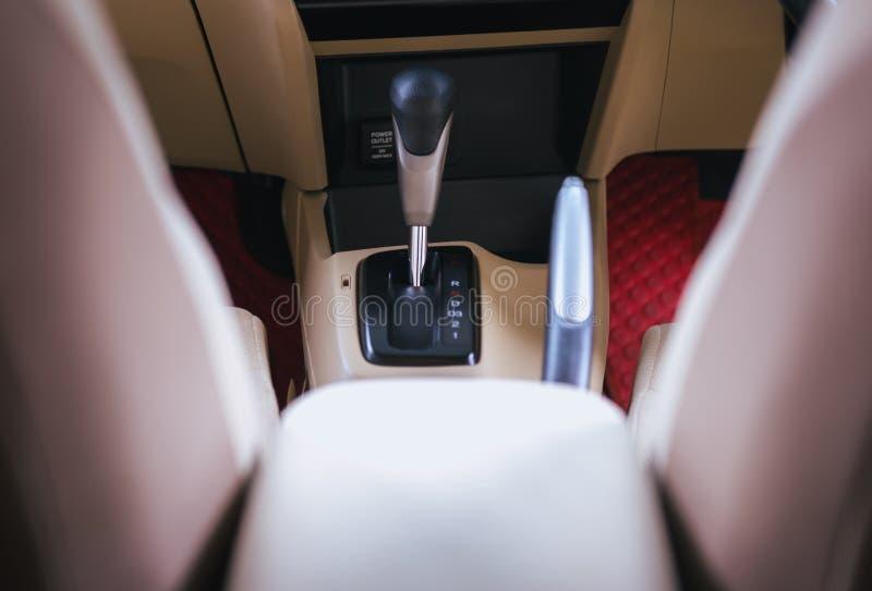 Автоматическое переключение механизма с дизайном интерьера современного автомобиля стоковые фотографии rf