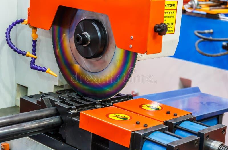 Автомат для резки круглых пил стоковые фотографии rf