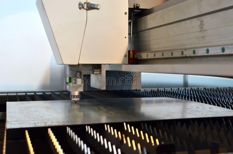 Автомат для резки плазмы CNC для металлического листа стоковая фотография rf
