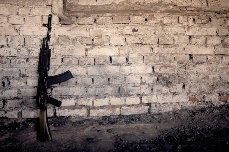 автомат Калашниковаа AK-47 пистолет-пулемета против стены стоковые фотографии rf