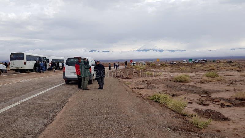 Автомобили, автобусы и тележки в очереди ждать отверстие дороги для Боливии стоковые фотографии rf