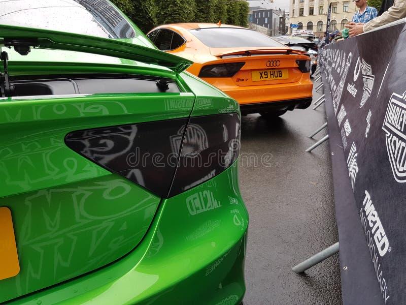 Автомобили 2017 апельсина зеленого цвета audi rs7 Gumball стоковые фото