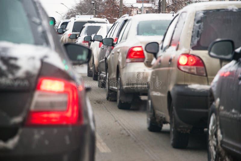 Автомобили в заторе движения в зиме стоковое изображение