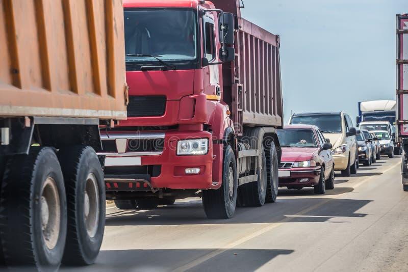 автомобили в заторе движения на дороге стоковая фотография rf