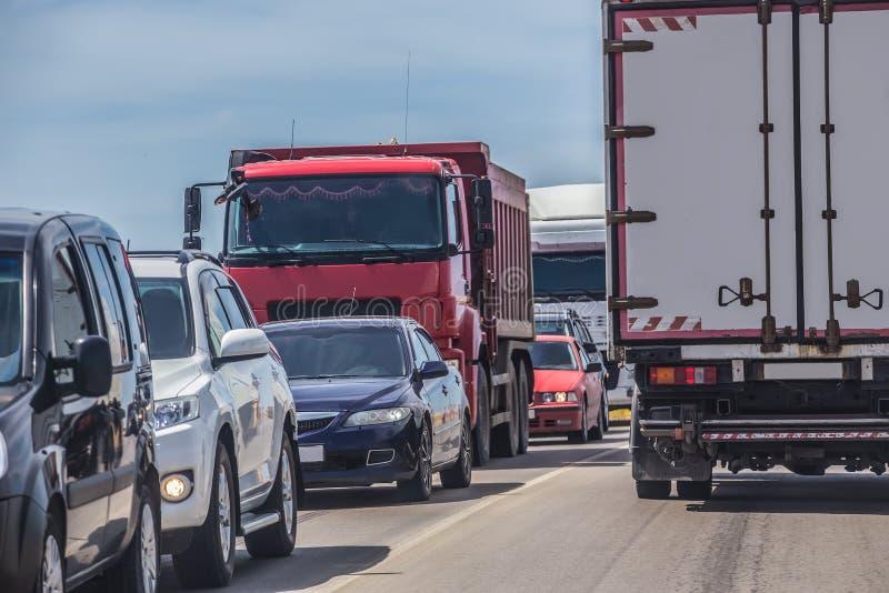 автомобили в заторе движения на дороге стоковые изображения rf