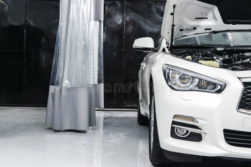 Автомобили в мойке машин Мойка с пеной в станции мойки Мойка машин Стиральная машина на станции запиток вектора иллюстрации принц стоковое фото rf