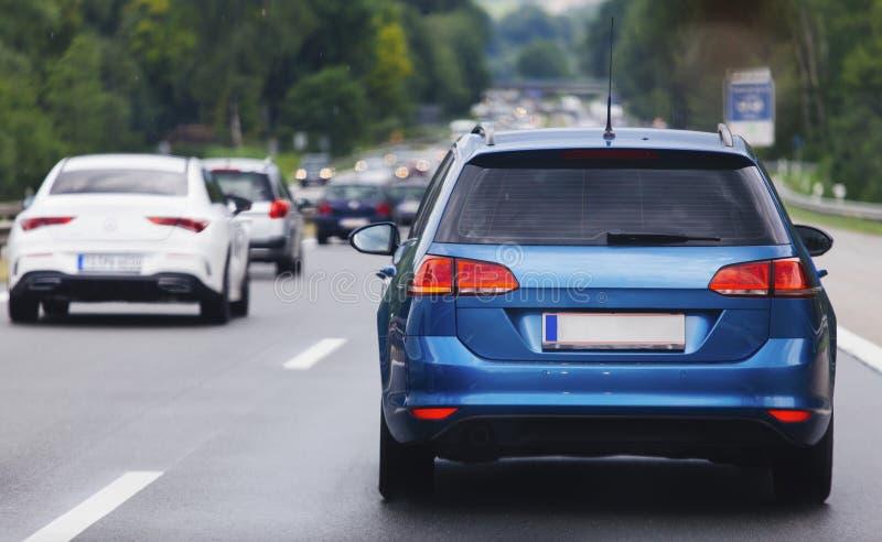 Автомобили в строке на шоссе в заторе движения стоковые фото