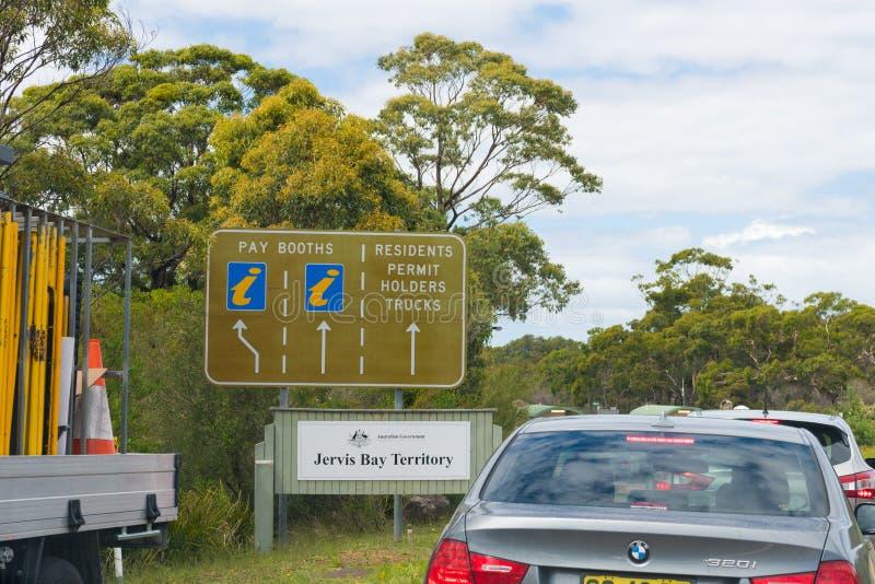 Автомобили ждать в очереди для пропусков парка на точка входа в национальном парке залива Jervis, одном из взморья Австралии само стоковые фотографии rf