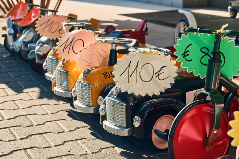 Автомобили игрушки будучи проданным на улице стоковое изображение
