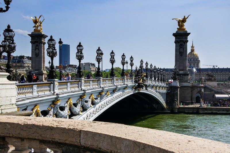 автомобили моста alexandre копируют день управляя зимами космоса pont paris движения III Франции хмурыми стоковые изображения