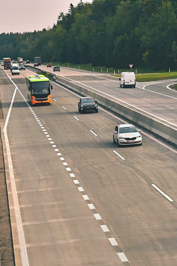 Автомобили на шоссе в заторе движения стоковое фото