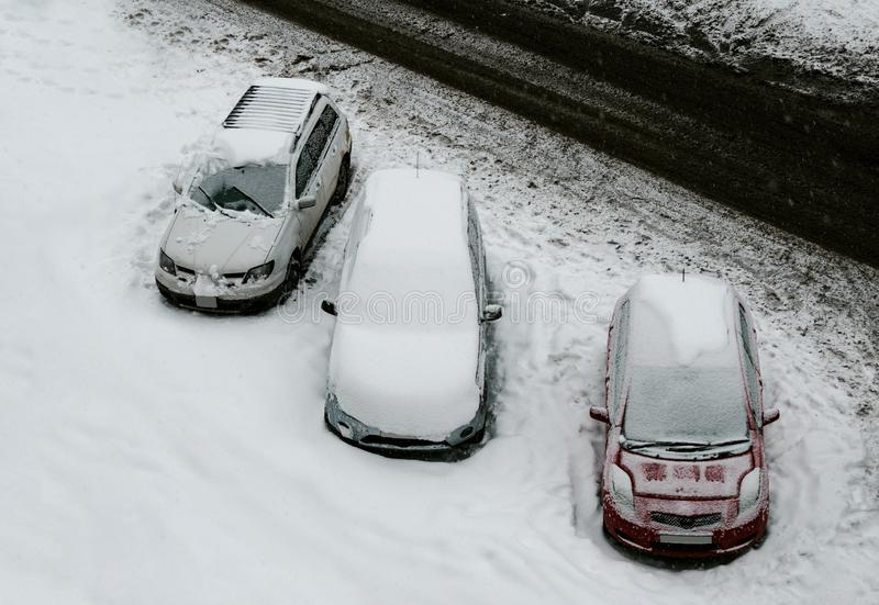 Автомобили покрытые со снегом стоковые изображения