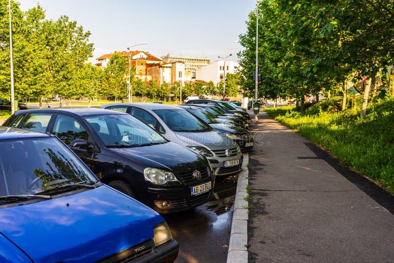 Автомобили припаркованные вдоль улицы стоковые фотографии rf