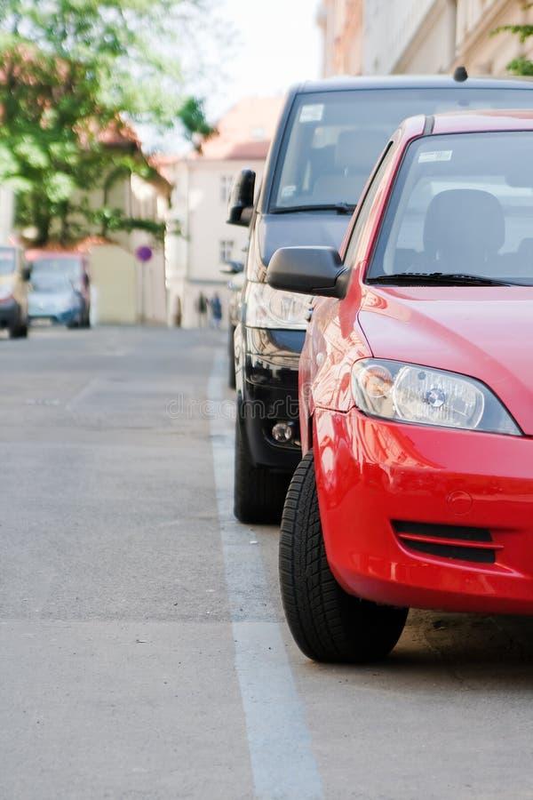 Автомобили стоянкы автомобилей вдоль голубой линии стоковые фото