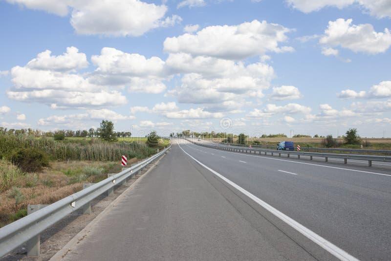 Автомобили управляют быстро на шоссе стоковое изображение